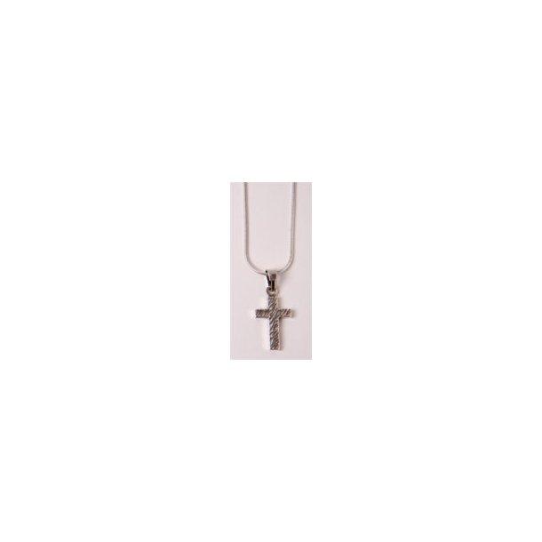 Halssmykke, sølvkors med rillet overflade